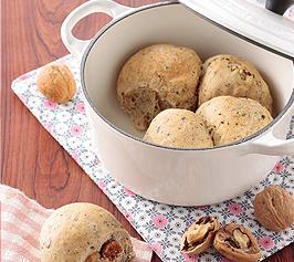 紅茶、イチジクとくるみのパン