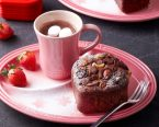 ハートのブラウニー風ケーキとホットチョコレート